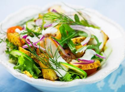Pomysły na lekkie sałatki. Zobacz, jakie składniki wybrać i z czego zrobić dietetyczny dressing!