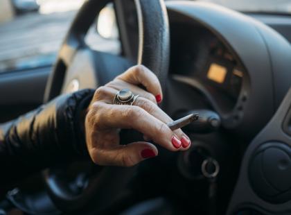 Ponad 600 zł kary za palenie papierosów przy dzieciach w samochodzie. Dobry pomysł?