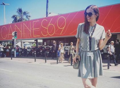 Popija szampana, plażuje w Cannes, przeprowadza wywiad z Goslingiem i... narzeka!