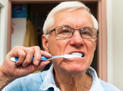 Popularne nawyki, które niszczą szkliwo zębów