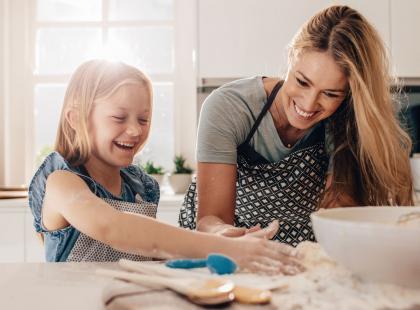 Postaw na kreatywną zabawę z dzieckiem! Sprawdź, jak zrobić masę solną