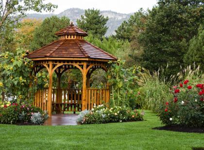 Postaw w ogrodzie przytulną altanę