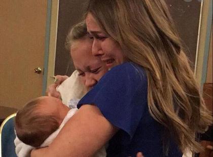 """""""Powinieneś być z kimś innym"""" – tuż po porodzie nagrała dla syna filmik. Chwilę później oddała go do adopcji"""