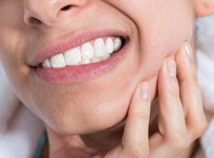 Powoduje, że zęby zaczynają się ruszać i wypadać… Jak wyleczyć paradontozę?