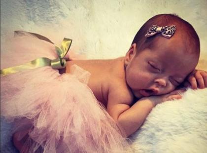 Powstał klej, który umożliwia przyklejanie niemowlętom kokardek do głowy. Absurd roku?