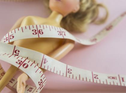 Powstała lalka Barbie na wzór modelki plus size. Pierwsza, której uda się stykają