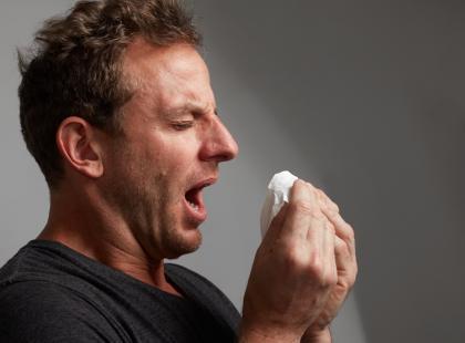 Powstrzymywanie kichnięcia skończyło się dziurą w gardle! Ten mężczyzna boleśnie się o tym przekonał...