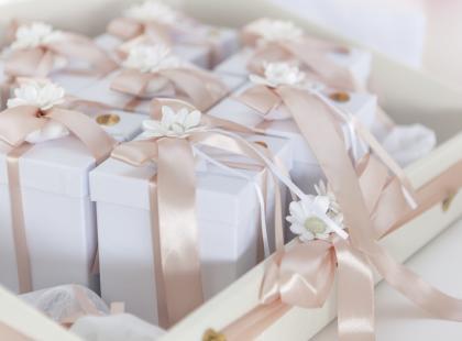 Prezent dla gości weselnych nie musi być drogi! 7 podarunków do 10 zł, które spodobają się każdemu
