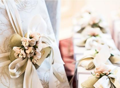 Prezent ślubny od chrzestnej i chrzestnego – co podarować?