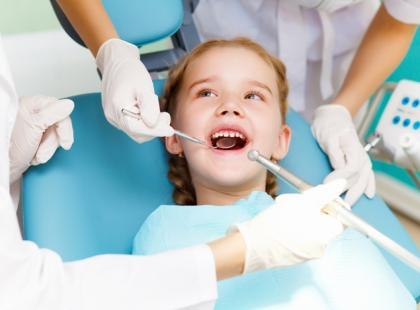 Próchnica zębów u dziecka – skąd się bierze i jak jej zapobiec?