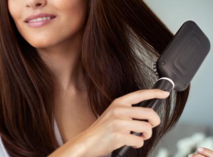 Proste i lśniące włosy dzięki… szczotce? Ten efekt osiągniesz ze szczotką prostującą