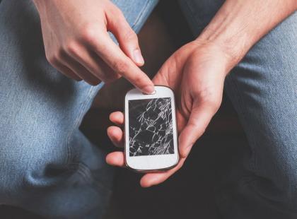 Prosty trik: co zrobić z pękniętym ekranem telefonu?