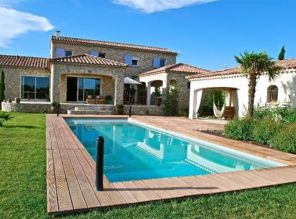 Prywatny basen- zbędny luksus, czy przyjemna wygoda? Kto może sobie na to pozwolić?