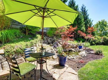 Przed tegorocznymi upałami wybierz dobry parasol ogrodowy. Przyda się też na balkonie