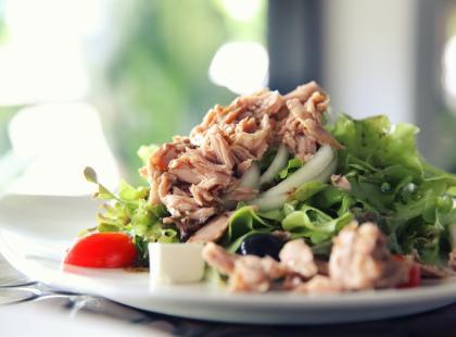 Przepis na sałatkę z tuńczykiem. Smaczna, lekka i zdrowa!