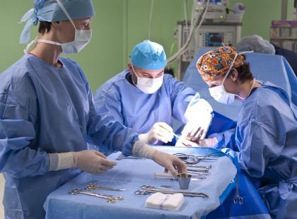 Przeprowadzono pierwszą w Polsce operację wszczepienia implantu kości dłoni