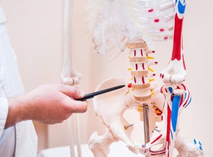 Przepuklina kręgosłupa – objawy i leczenie