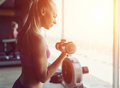 Przewodnik po sprzęcie na siłowni. Sprawdź, jak ćwiczyć na maszynach i co to daje!