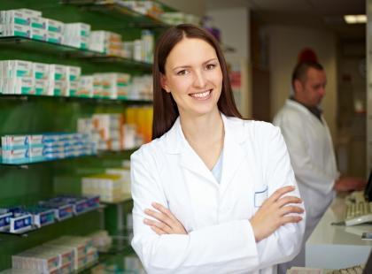 Przychodzi pacjent do apteki i… prosi o mleko Debilon albo witaminy z szerszeniem. Oto jak zabawnie przekręcamy nazwy leków!