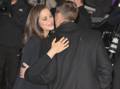 """Przyjacielskie czułości na pokaz i chłodny dystans. Pitt i Cottillard w cieniu skandalu na premierze """"Sprzymierzeni"""""""