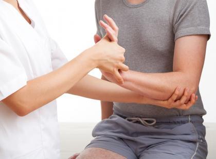 Przykurcz Dupuytrena – jak się leczy przykurcz palców ręki?