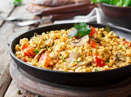 Puszysty omlet z jarzynami i szynką