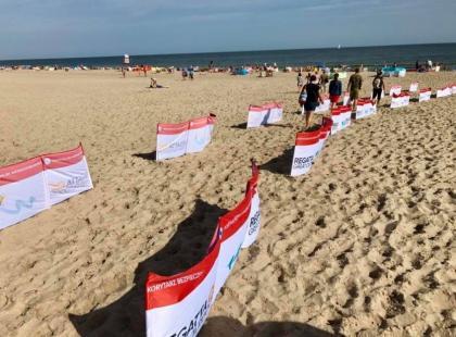 """Ratownicy na plaży ustawili """"korytarze bezpieczeństwa"""". Mają pomóc ratować życie i walczyć z nadmiarem… parawanów"""