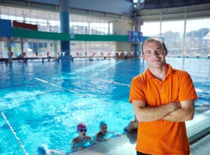 Ratownik na basenie – na czym polega jego praca?