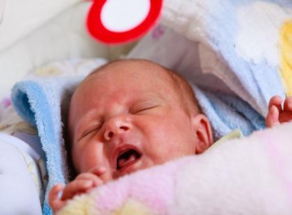 """""""Ratujcie!"""" – dramatyczny apel matki noworodka stał się kolejną pożywką dla antyszczepionkowców. Polski szpital zgłosił jej sprawę do sądu"""