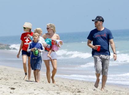 Reese Witherspoon z rodziną na plaży w Malibu