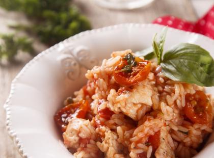 Risotto z kurczakiem i pomidorami to doskonała propozycja na obiad! Sprawdź!