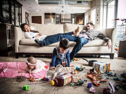 """""""Rodzicielstwo to bałagan, ale jaki piękny bałagan"""". Fotografka z Nowego Jorku uchwyciła sytuacje, które wymknęły się rodzicom spod kontroli"""
