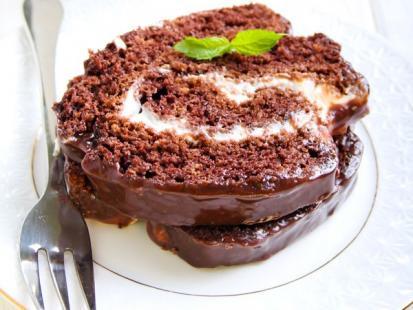 Rolada czekoladowa z bitą śmietaną i owocami