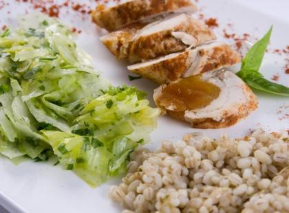 Roladki z piersi z kurczaka z kaszą pęczak i sałatą lodową