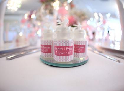 Romantyczna aranżacja stołu weselnego