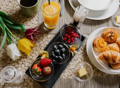 Romantyczne walentynkowe śniadanie do łóżka: przepis dla dwojga