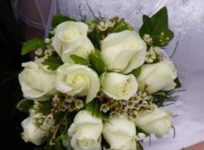 Róża w wiązance ślubnej