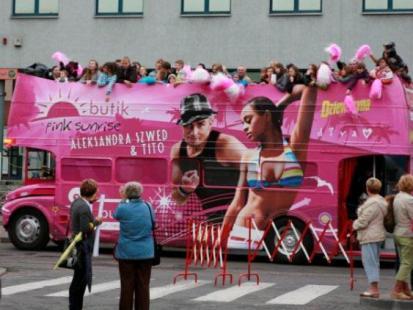 Różowy autobus Butik wyruszył w trasę