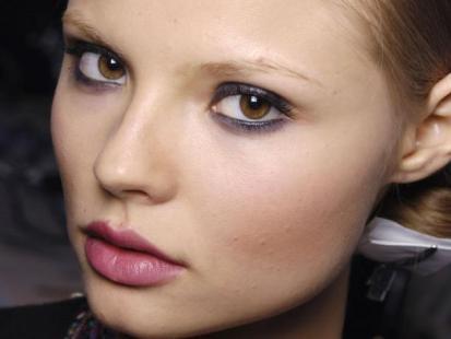 Różowy makijaż ust