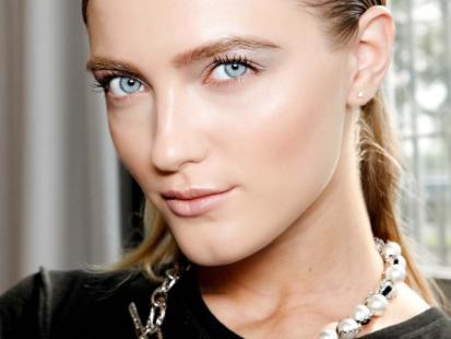 Rozświetlona cera - trendy w makijażu