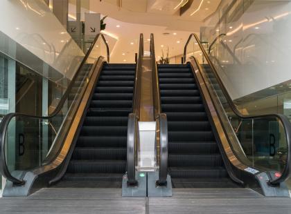 Ruchome schody w galerii handlowej ruszyły w dół! Są ranni. Zobacz video