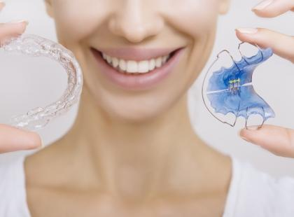 Ruchomy czy stały – jaki aparat ortodontyczny wybrać?