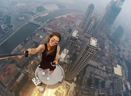 Ryzykuje życiem dla selfie. Jej zdjęcia i filmy są hitem internetu