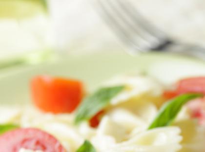Sałatka makaronowa z serkiem z papryką, pomidorami i chili