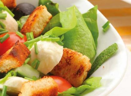 Sałatka z grzankami, rzodkiewką i oliwkami