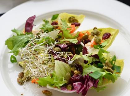 Sałatka z serem pleśniowym i pestkami dyni