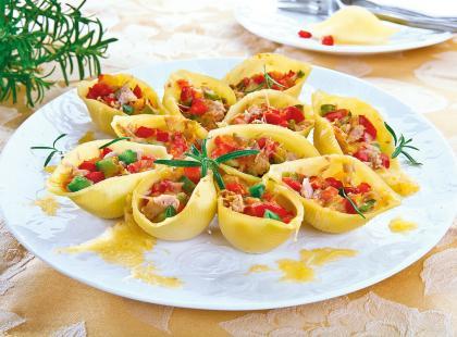 Sałatka z tuńczyka w muszlach makaronowych
