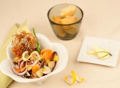 Sałatka z ziemniaków z łososiem