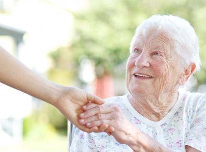 W relacjach z seniorami konieczna jest  serdeczność, której bardzo im brakuje./fot. Fotolia
