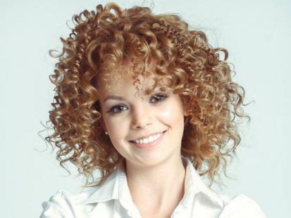 Ściąganie z włosów ciemnej farby - jak to zrobić w domu?